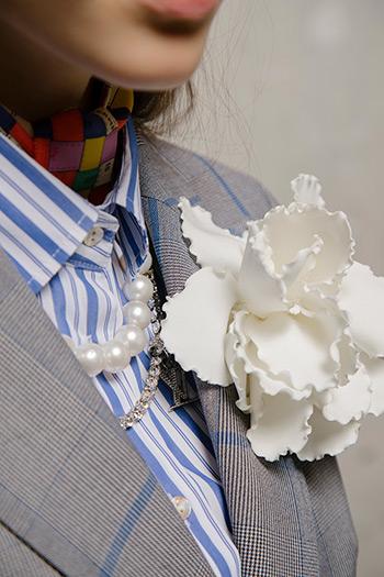 El Libro Amarillo - flor Raquel Orozco _ collar de perlas Suarez _cadena Louis Vuitton
