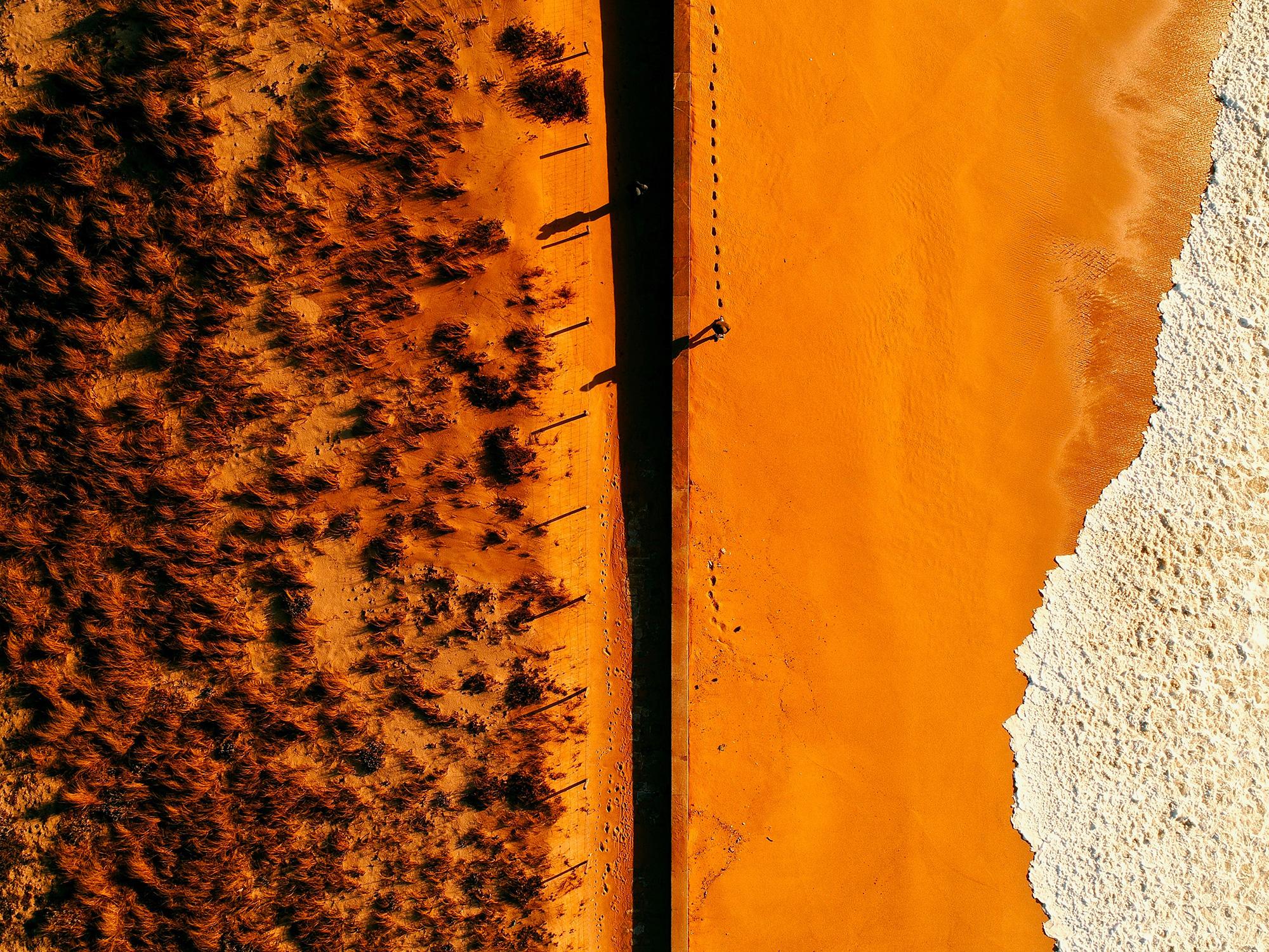 El Libro Amarillo Tendencias de Color Primavera 2021 Mandarina vista aérea de la playa con luz naranja