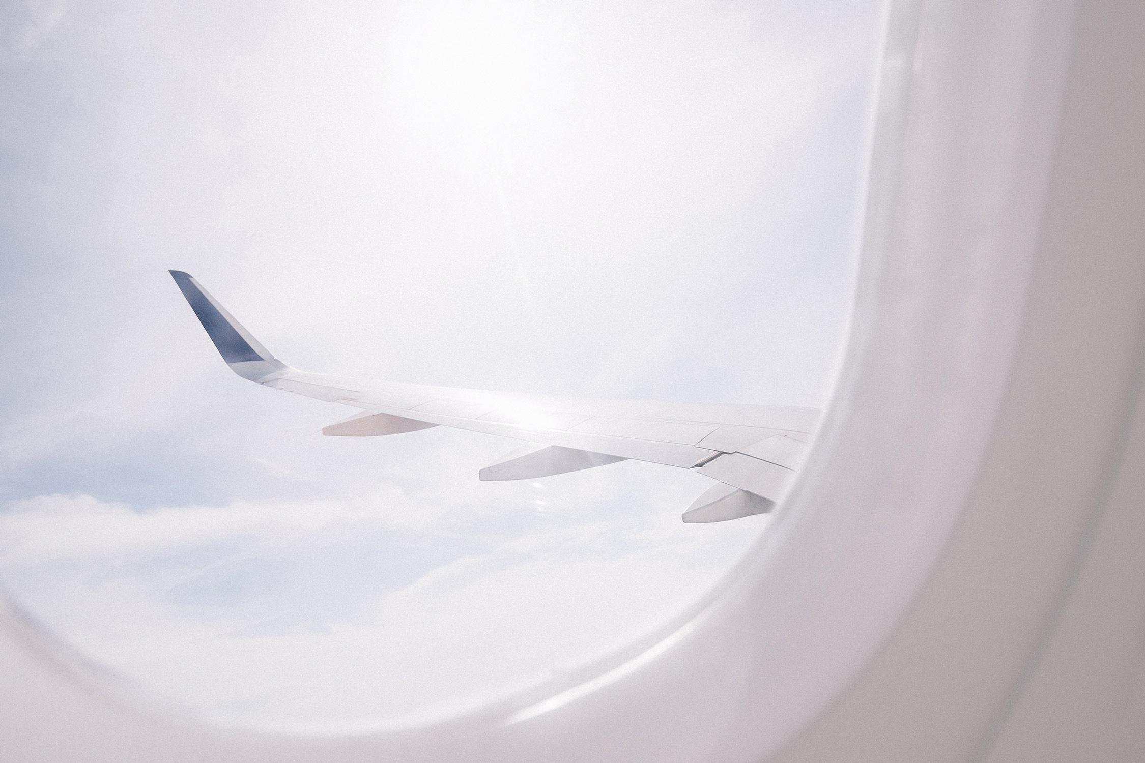 El Libro Amarillo Tendencias de Color Primavera 2021 Blanco ala de avión vista desde ventanilla con  nubes