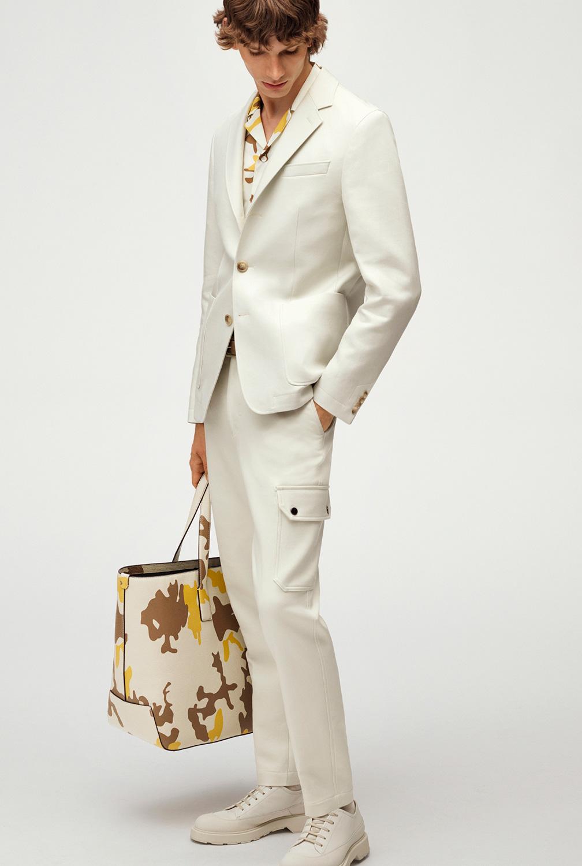 El Libro Amarillo Tendencias de Color Primavera 2021 Blanco modelo con traje blanco