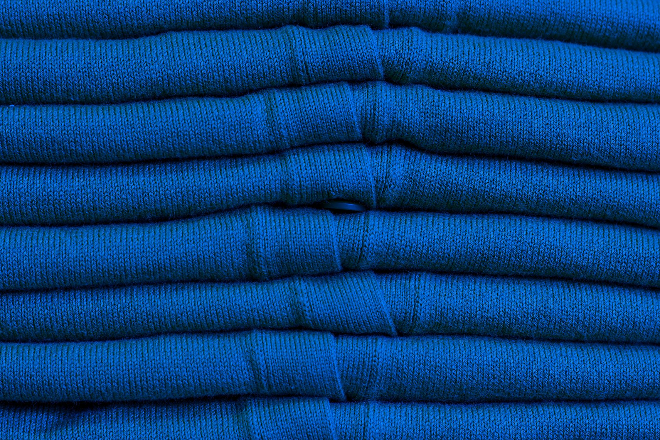 El Libro Amarillo Tendencias de Color Primavera 2021 Azul Cobalto Giff Animado pila de sweaters
