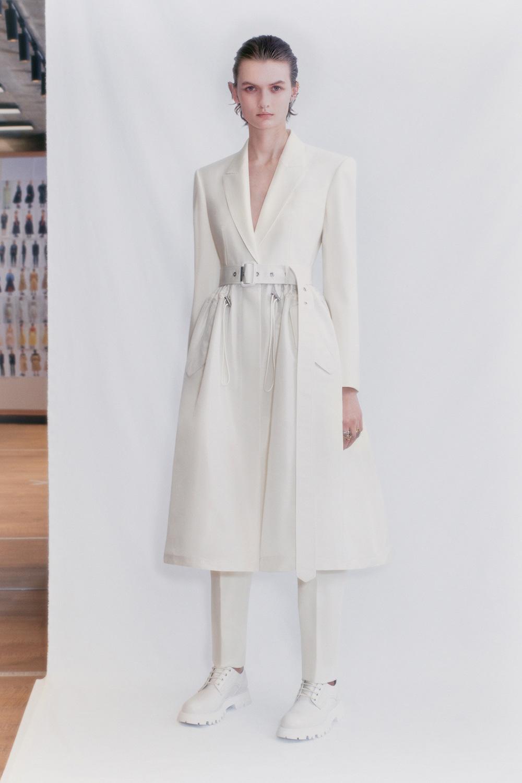El Libro Amarillo Tendencias de Color Primavera 2021 Blanco modelo con vestido blanco