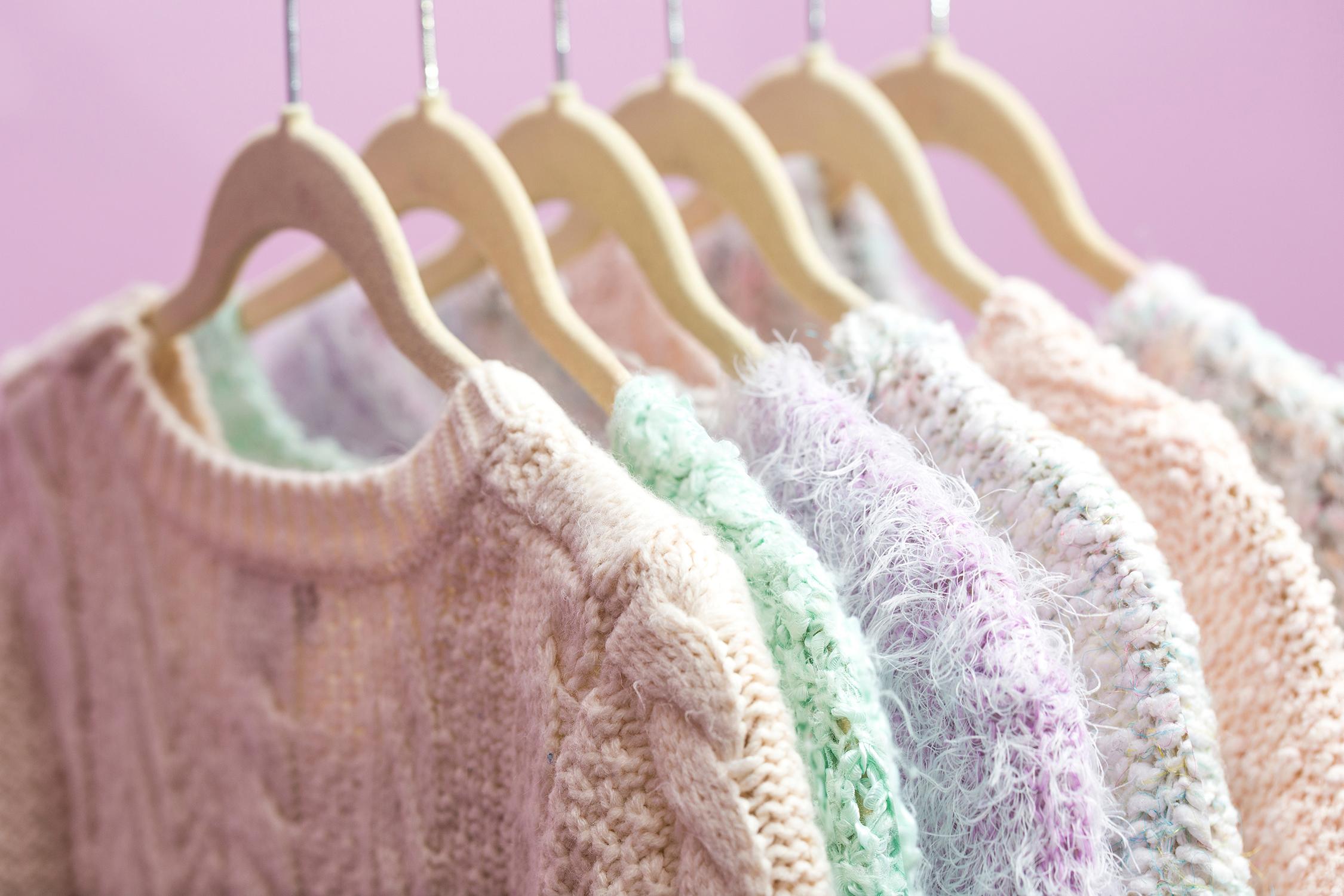 El Libro Amarillo Tendencias de Color Primavera 2021 Pastel-Neón sweaters colgados colores pastel