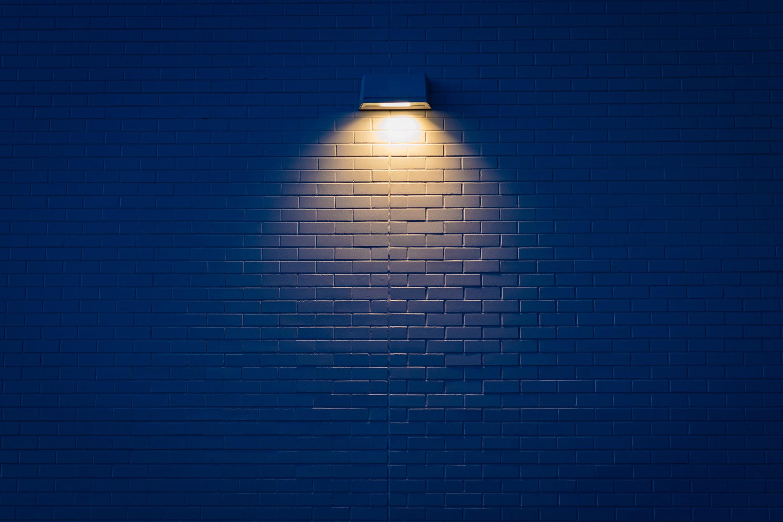 El Libro Amarillo Tendencias de Color Primavera 2021 Azul Cobalto Pared Ladrillos Azules