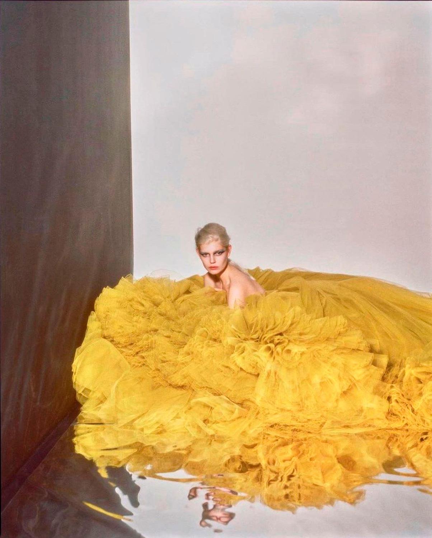 El Libro Amarillo Tendencias de Color Primavera 2021 Amarillo modelo con vestido amarillo