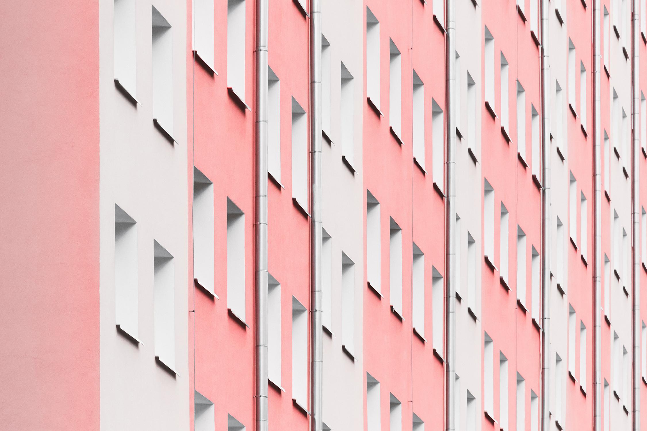 El Libro Amarillo Tendencias de Color Primavera 2021 Portada  ventanas de un edificio rosa