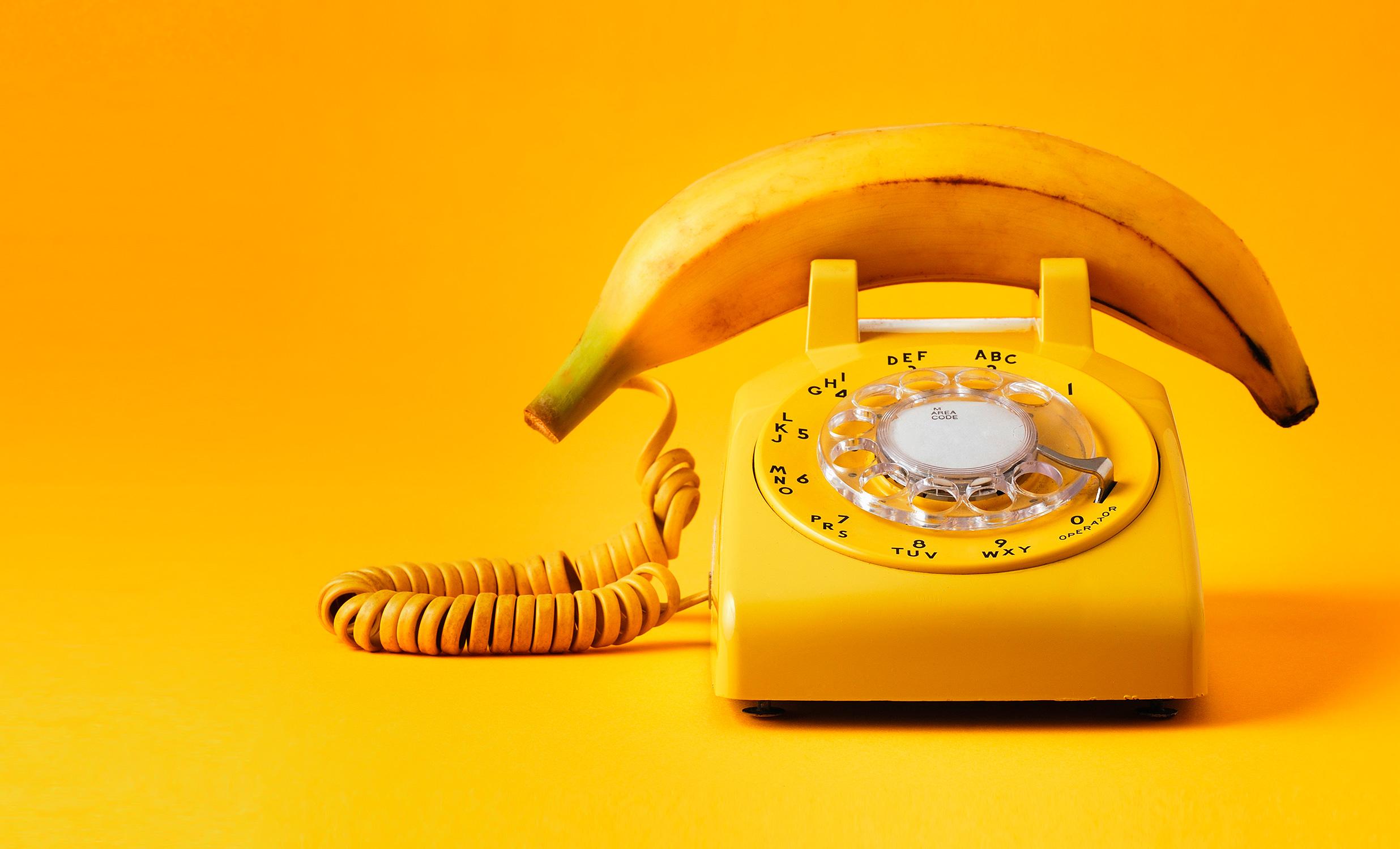 El Libro Amarillo Tendencias de Color Primavera 2021 Amarillo teléfono con plátano