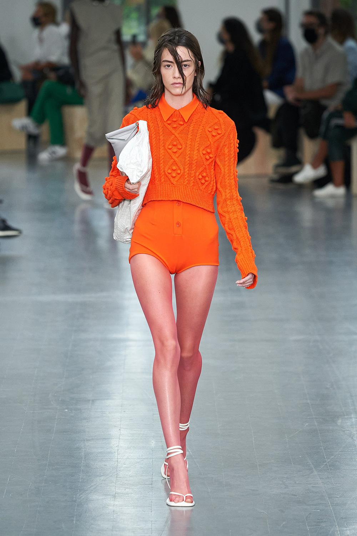 El Libro Amarillo Tendencias de Color Primavera 2021 Mandarina model con traje de baño y sweater
