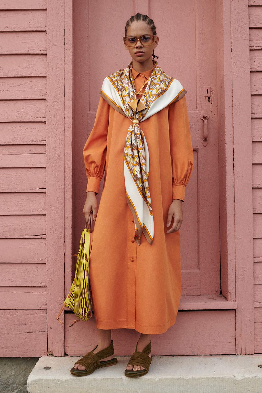 El Libro Amarillo Tendencias de Color Primavera 2021 Mandarina modelo con vestido