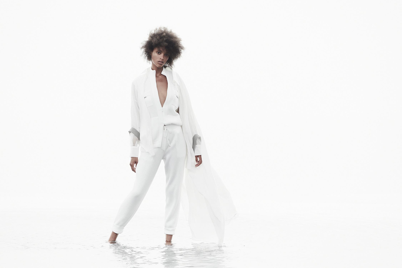 El Libro Amarillo Tendencias de Color Primavera 2021 Blanco model con traje blanco