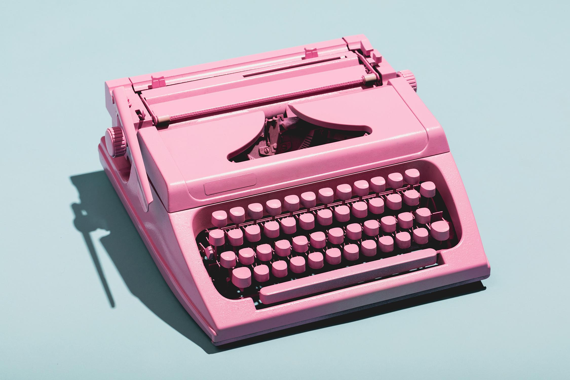 El Libro Amarillo Tendencias de Color Primavera 2021 Pastel-Neón maquina de escribir antigua color rosa