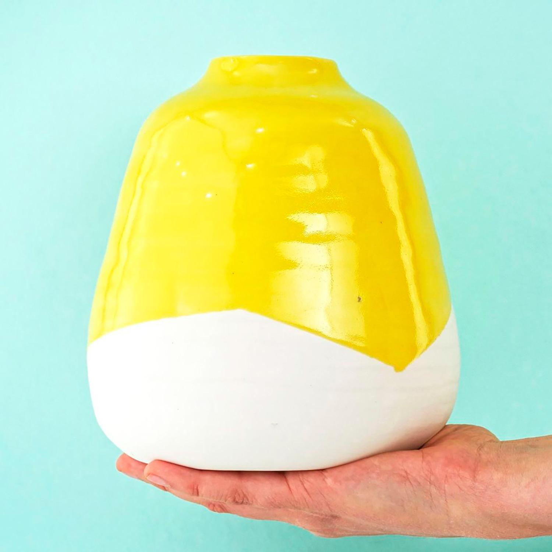 El Libro Amarillo Tendencias de Color Primavera 2021 Amarillo vasija con glaseado amarillo
