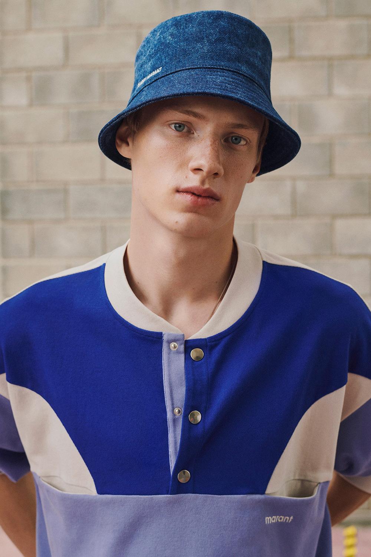 El Libro Amarillo Tendencias de Color Primavera 2021 Azul Cobalto Chico con sombrero azul