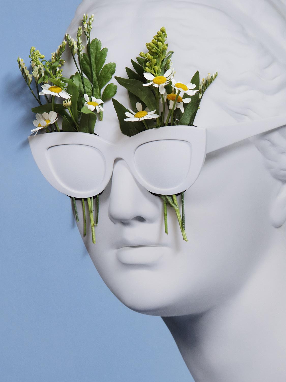 El Libro Amarillo Tendencias de Color Primavera 2021 Blanco estatua de yeso con lentes y plantas
