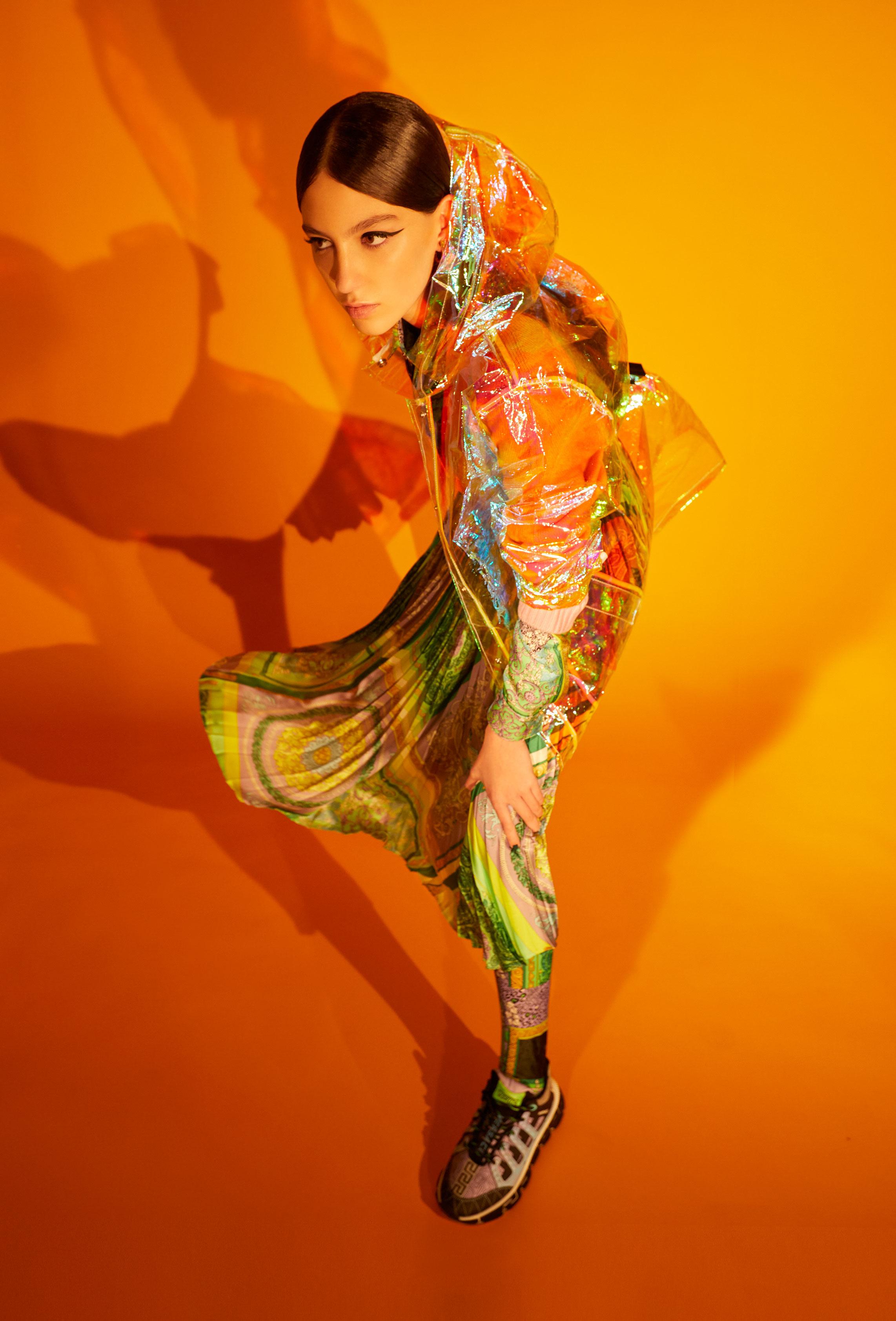 El Libro Amarillo camisa VERSACE  _ leggings VERSACE _ suéter VERSACE _ gabardina THE MASHUP  _ aretes BIMBA Y LOLA _ pulsera BIMBA Y LOLA _ tenis VERSACE  _ falda VERSACE