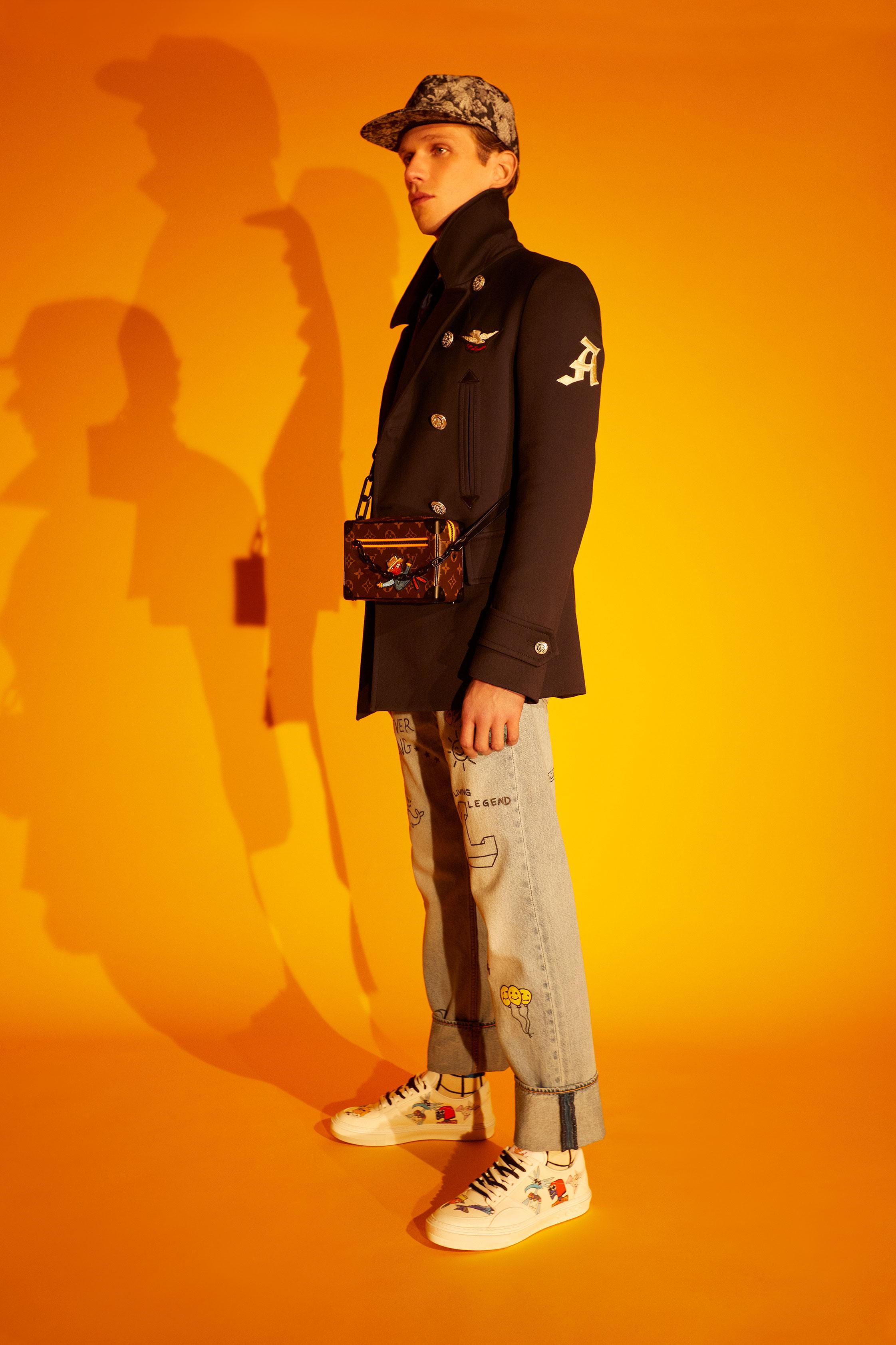 El Libro Amarillo gabardina ALEXANDER MCQUEEN _ camisa SANDRO PARIS _ jeans LEVI'S _ corbata PURIFICACIÓN GARCÍA _ calcetines HAPPY SOCKS   _ tenis LOUIS VUITTON _ bolso LOUIS VUITTON _ gorra LOUIS VUITTON