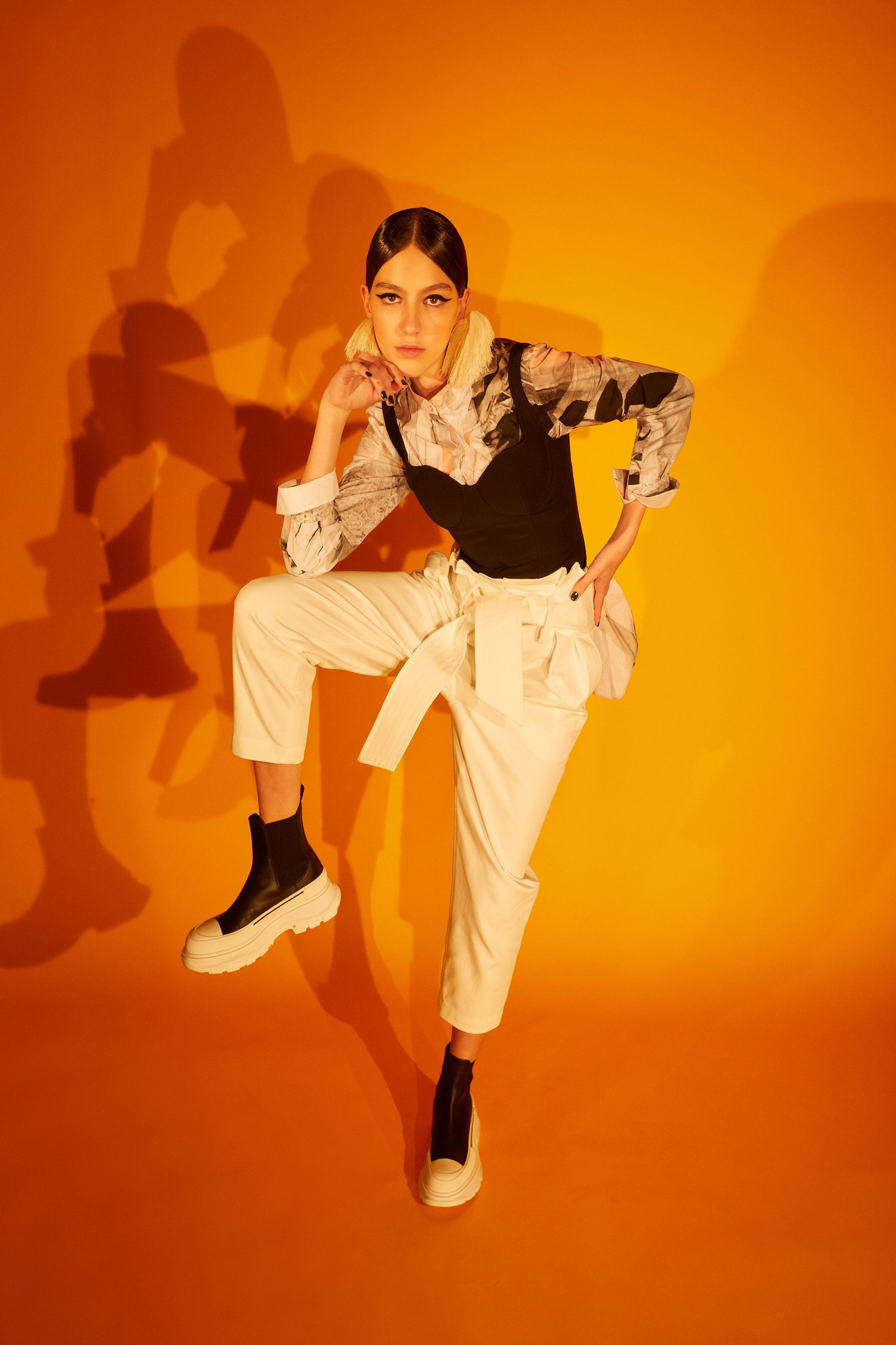 El Libro Amarillo camisa estampada ALEXANDER MCQUEEN _ top/corset ALEXANDER MCQUEEN _ pantalón blanco IRO _ aretes CARALARGA _ botas ALEXANDER MCQUEEN