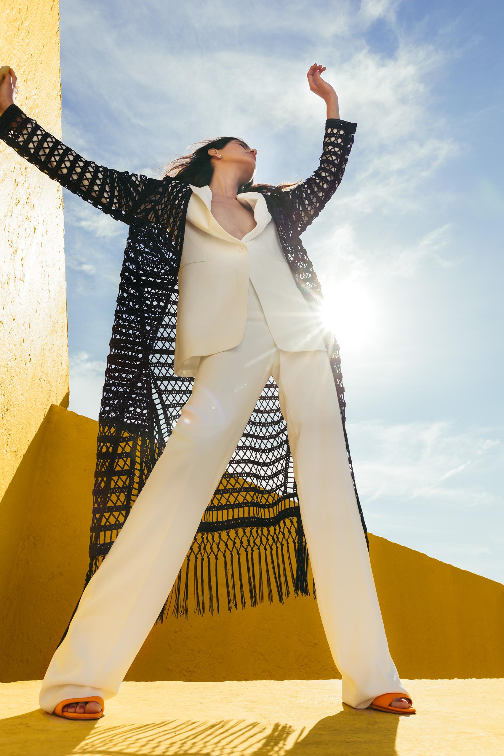 El Libro Amarillo - sobretodo Chester & Peck _ saco y pantalón Adolfo Domínguez _ zapatos Hermès _ aretes Tane
