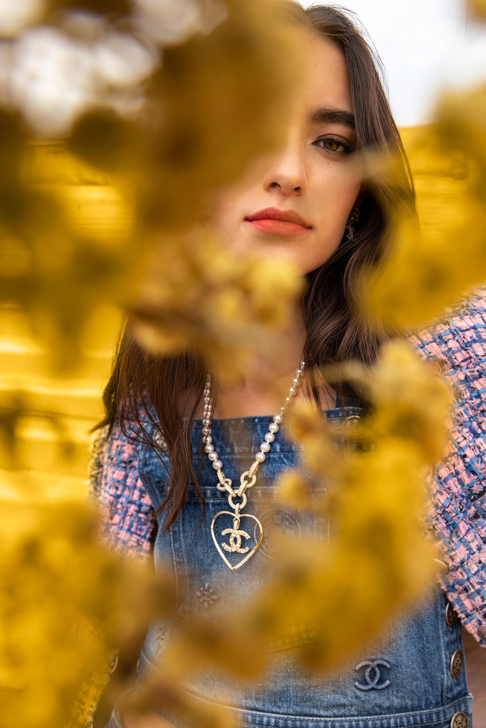 El Libro Amarillo - saco, top, aretes y collar Chanel