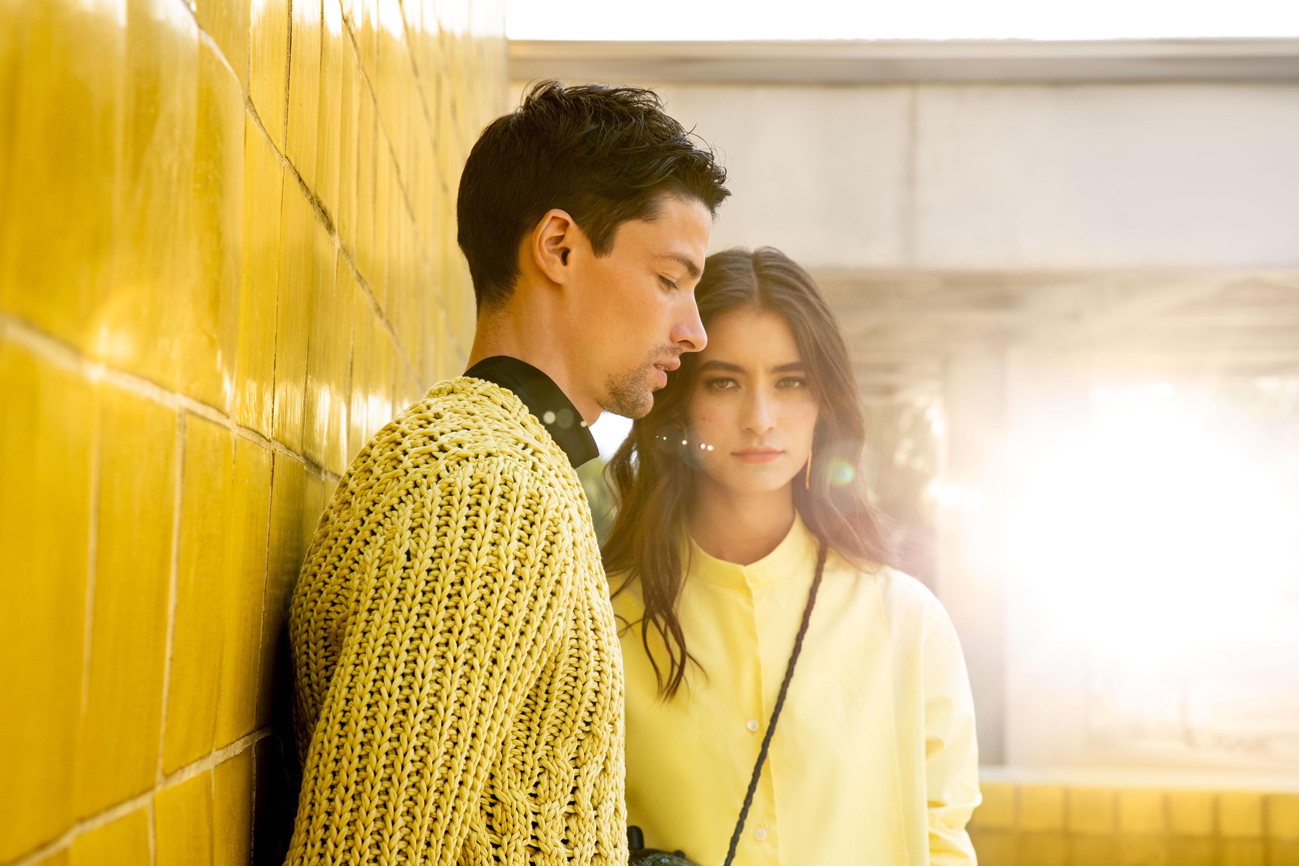 El Libro Amarillo - él: suéter Salvatore Ferragamo _ camisa Ermenegildo Zegna Couture / ella: blusa Salvatore Ferragamo _ bolso Carla Fernández _ aretes Zaavia