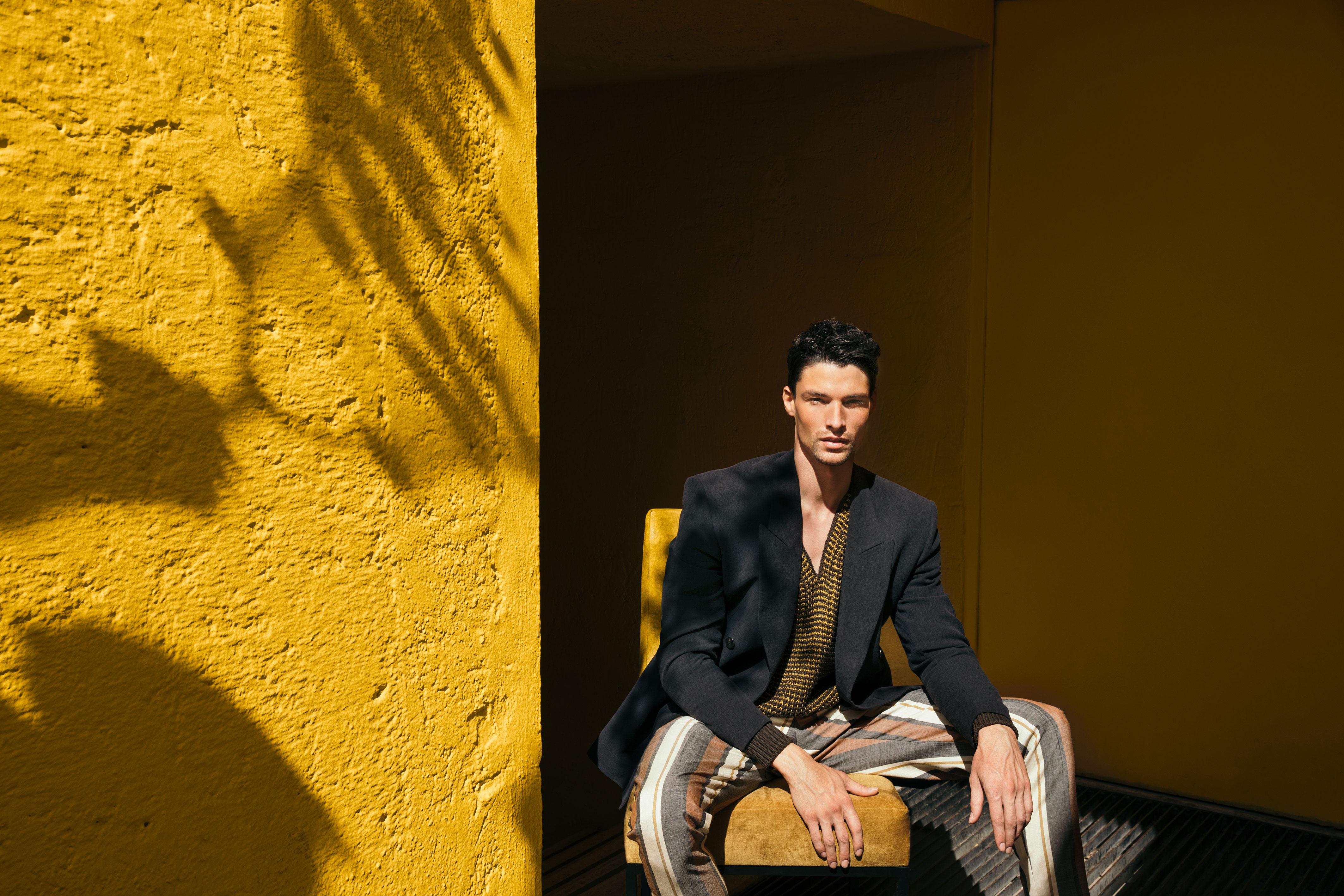 El Libro Amarillo - saco Ermenegildo Zegna XXX Couture _ suéter y pantalón Ermenegildo Zegna Couture _ silla Madecor