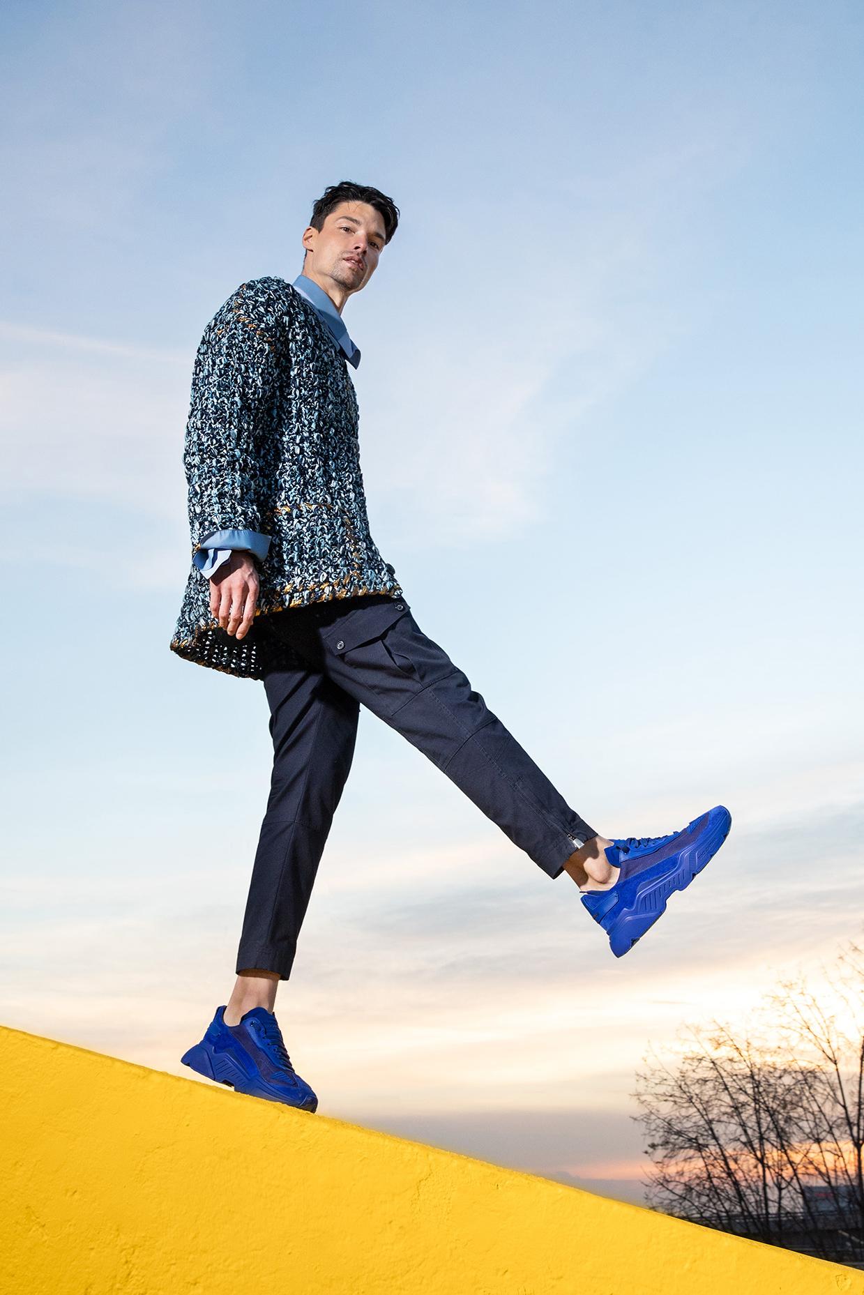 El Libro Amarillo - suéter, camisa, pantalón y tenis Dolce & Gabbana