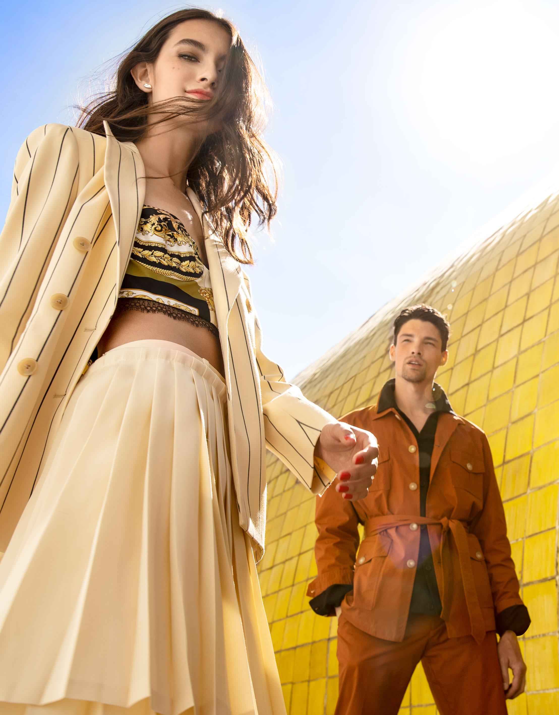 El Libro Amarillo - ella: saco Tory Burch _ top Versace  _ pantalón Off-White  _ aretes Tane él: camisola y pantalón Chester & Peck _ camisa Epsilon