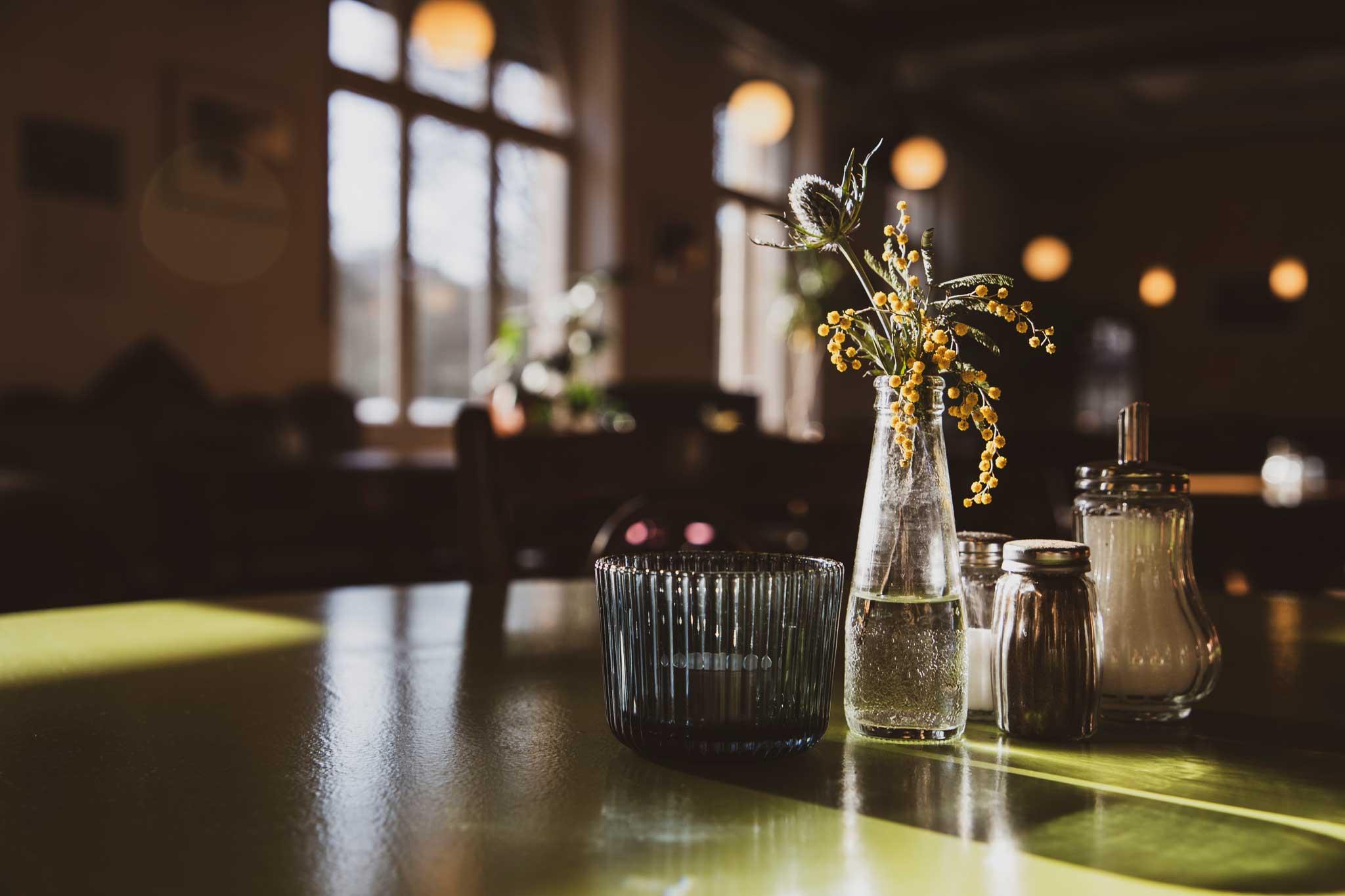 dekorierter Tisch ruhige Atmosphäre - Link Veranstaltungen