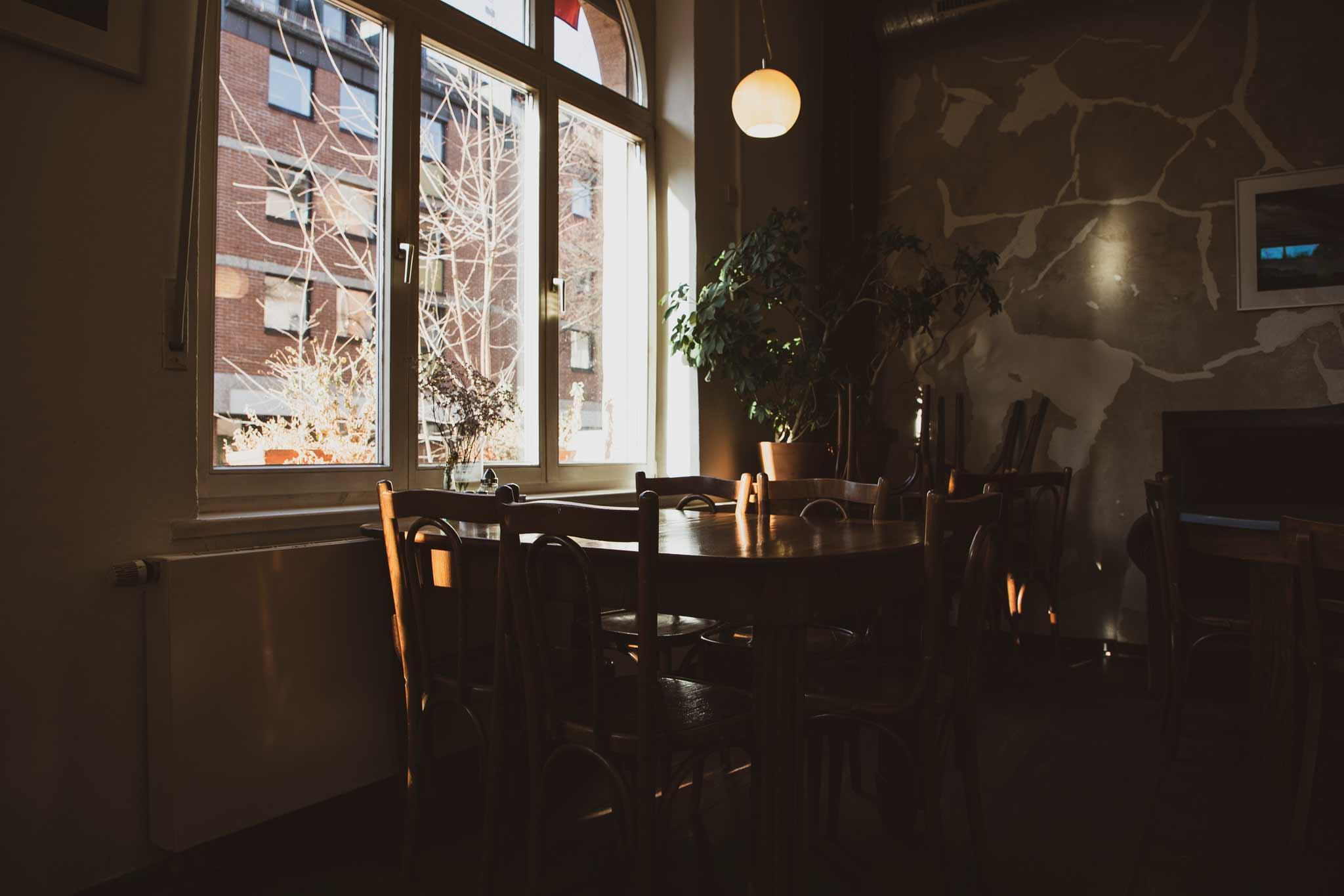 Tisch ruhige Atmosphäre - Link Ausstellungen