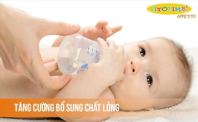 Tăng cường bổ sung chất lỏng cho bé