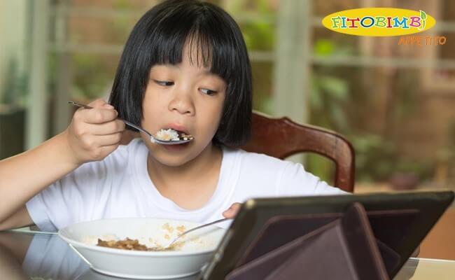 Cho con xem ipad, điện thoại khi ăn – lợi bất cập hại!