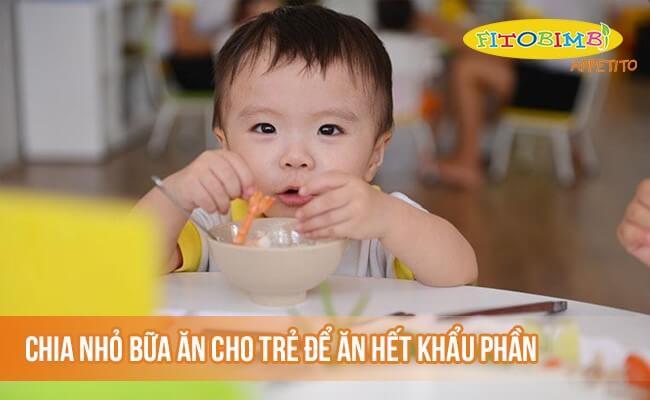Chia nhỏ bữa ăn cho trẻ để có thể ăn hết khẩu phần