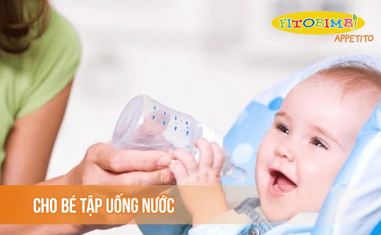 Học cách uống nước là một kỹ năng mới với trẻ