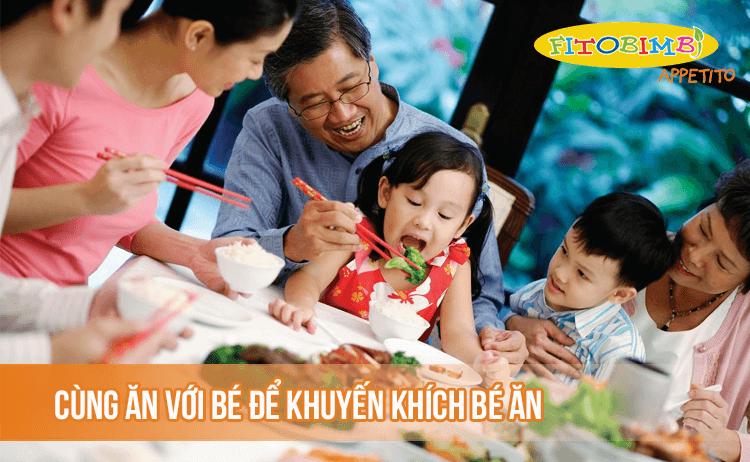 Cho bé ngồi cùng mâm cơm với gia đình để hưởng thụ không khí bữa ăn