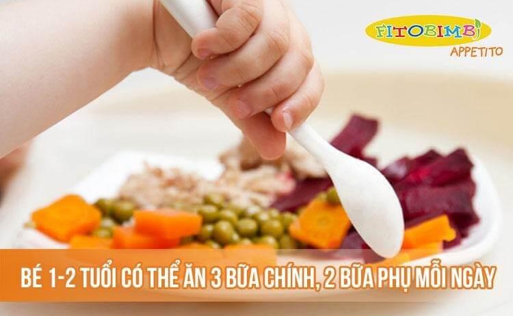 Bé 1-2 tuổi có thể ăn 3 bữa chính, 2 bữa phụ mỗi ngày