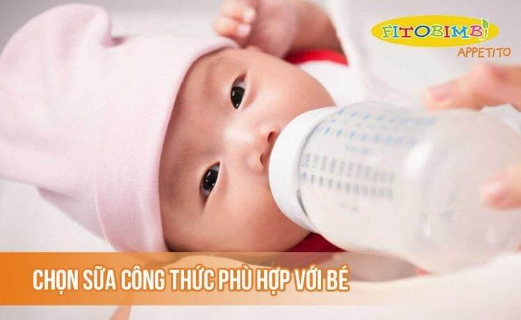 Chọn sữa công thức phù hợp với trẻ bú bình