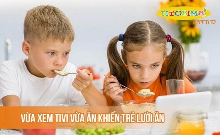 Vừa xem tivi vừa ăn khiến trẻ ăn không tập trung