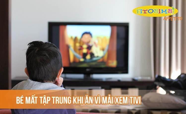 Bé mất tập trung khi ăn vì mải mê xem tivi
