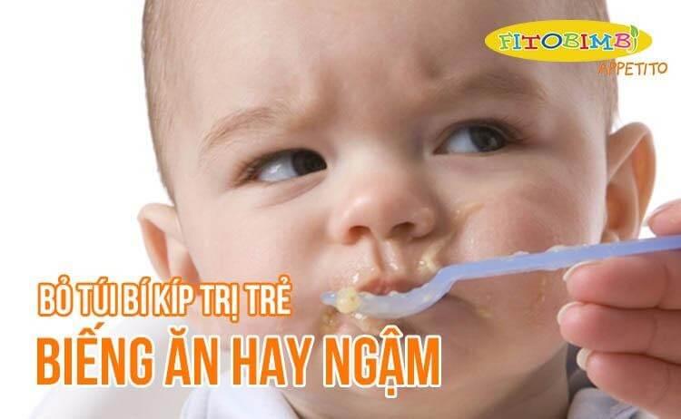 trẻ biếng ăn hay ngậm phải làm sao