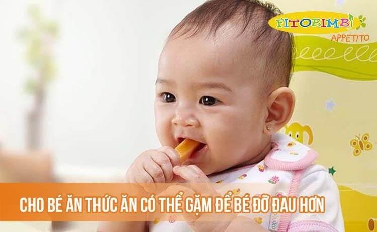 Cho bé ăn thức ăn có thể nhai hoặc ngậm để bé đỡ đau hơn