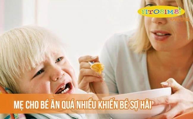 Mẹ cho bé ăn quá nhiều khiến bé sợ hãi
