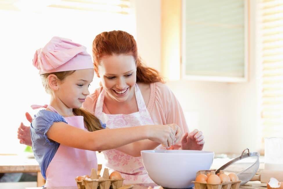 Cho bé nấu ăn cùng mẹ giúp bé có hứng thú với rau củ hơn