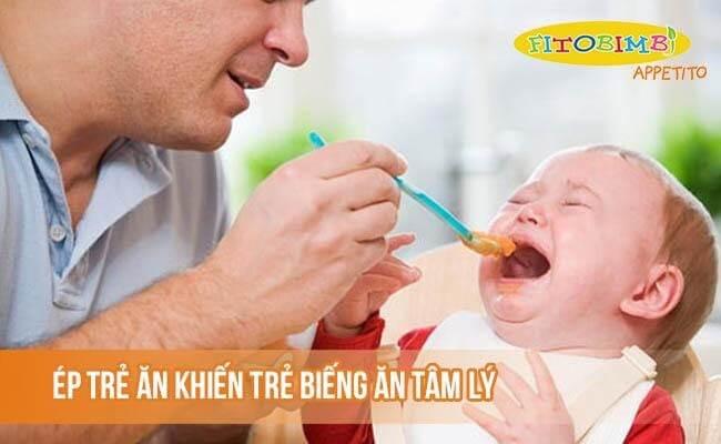 Ép trẻ ăn là một nguyên nhân khiến trẻ biếng ăn tâm lý