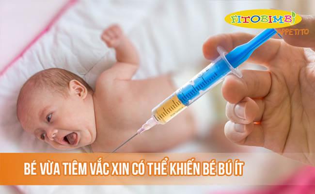 Bé vừa tiêm vắc xin có thể là nguyên nhân khiến bé bú ít