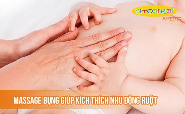 Massage bụng giúp kích thích nhu động ruột cho bé