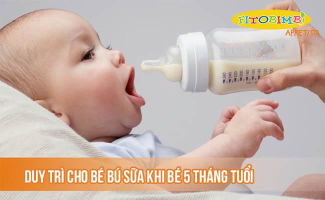 Duy trì cho bé bú sữa mẹ hoặc sữa công thức khi bé 5 tháng tuổi
