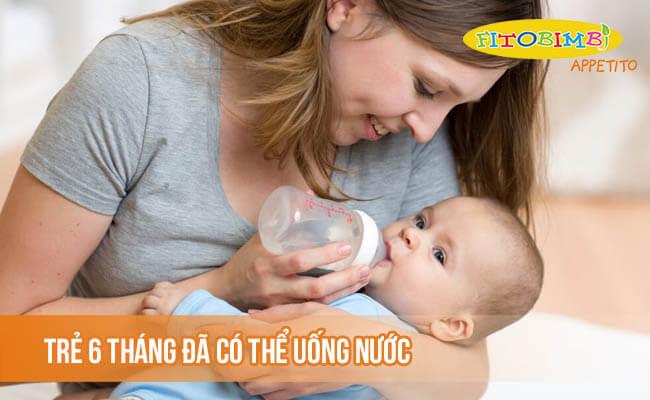 Trẻ 6 tháng khi bắt đầu ăn dặm đã có thể uống nước