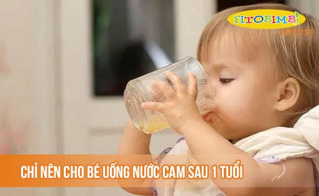 Chỉ nên cho bé uống nước cam sau 1 tuổi