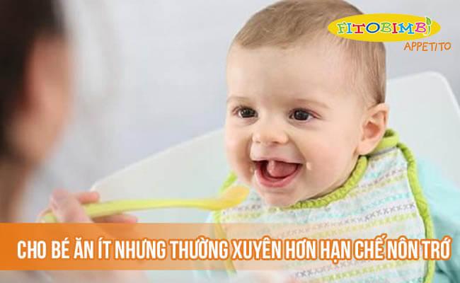 Cho bé ăn ít nhưng thường xuyên hơn hạn chế nôn trớ
