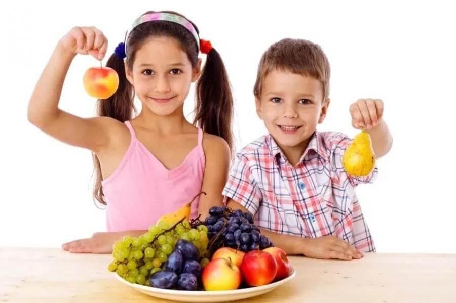 Thay thế bánh kẹo bằng hoa quả, sữa chua, sinh tố trong các bữa phụ của trẻ